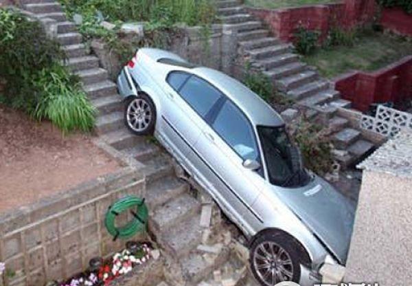 عکس های جالب و خنده دار از پارک کردن اتومبیل توسط خانم ها!! | www.Alamto.Com
