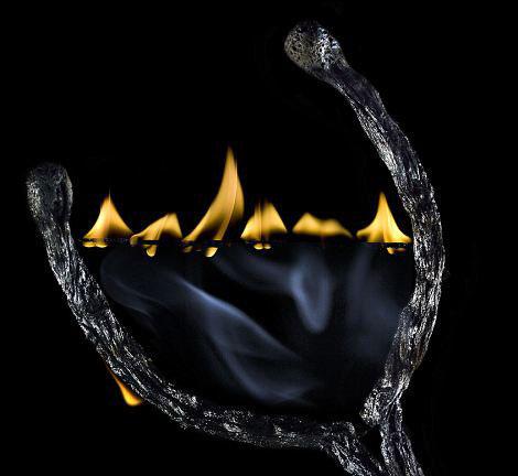 عکس های زیبا از هنرنمایی با کبریت و آتش  | www.Alamto.Com