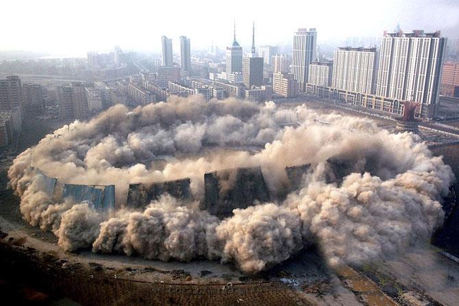 عکس های دیدنی از لحظه تخریب ساختمان ها و سازه های عظیم! | www.Alamto.Com