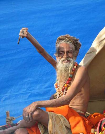 مردی هندی که  38 سال دستش را بالا نگه  داشته است!!