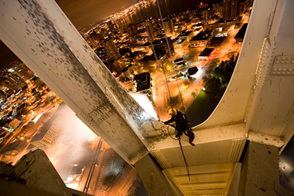 شجاع ترین نظافت چی های جهان ! (عکس) | www.Alamto.Com