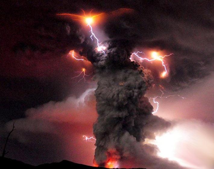 فوران آتشفشانی در شیلی و بارانی از خاکستر در مناطق اطراف +تصاویر | www.Alamto.Com