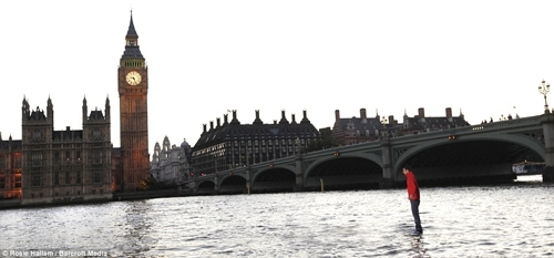 مردی که روی رودخانه تیمز لندن راه رفت!! (+تصاویر) | www.Alamto.Com