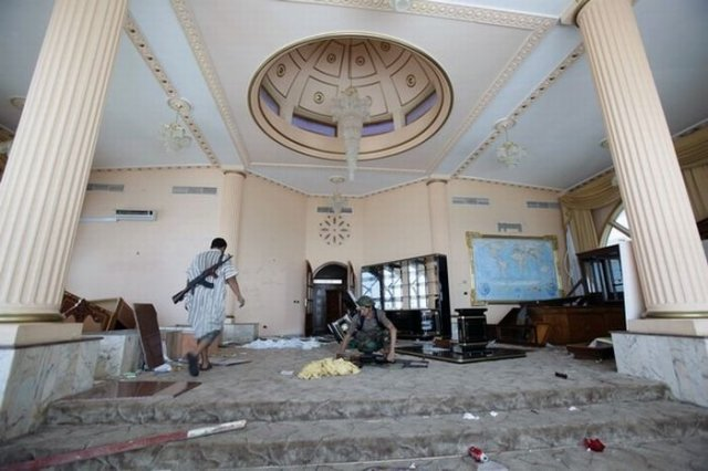 انقلابیون لیبی درون خانه قذافی...