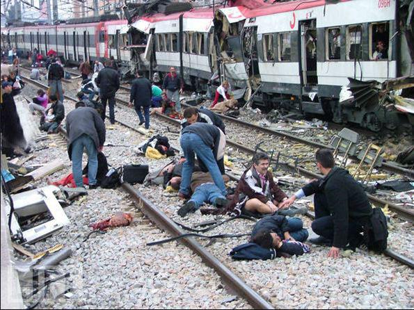 جمع آوری مردگان در پی انفجار در قطار مادرید   Mar 11/2004