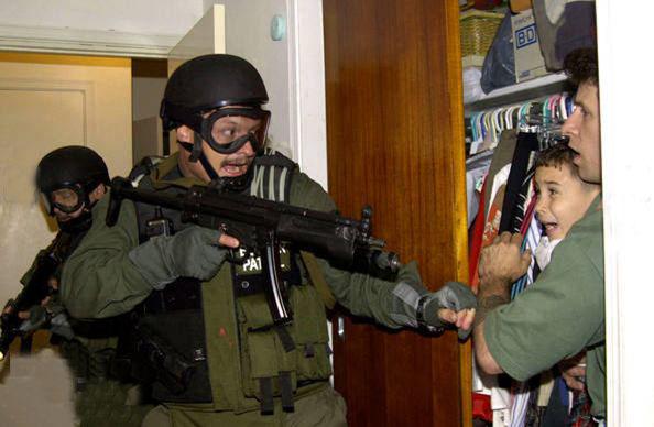ترسیدن کودک از سربازان مهاجم آمریکا در کوبا  Apr 22/2000