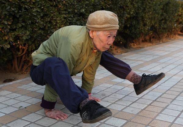 پیرزن ۸۲ ساله رزمی کار (+عکس)