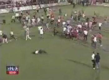 کلیپ دیدنی درگیری پلیس و تماشاچیان در زمین فوتبال